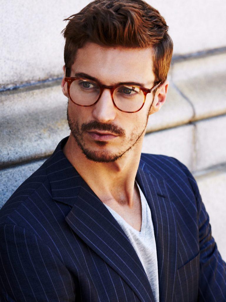 1d630dc666d5d Desde os anos 60 que os óculos com armações redondas têm sofrido  atualizações, mantendo-se o formato mas aparecendo em novas cores, novos  materiais, ...