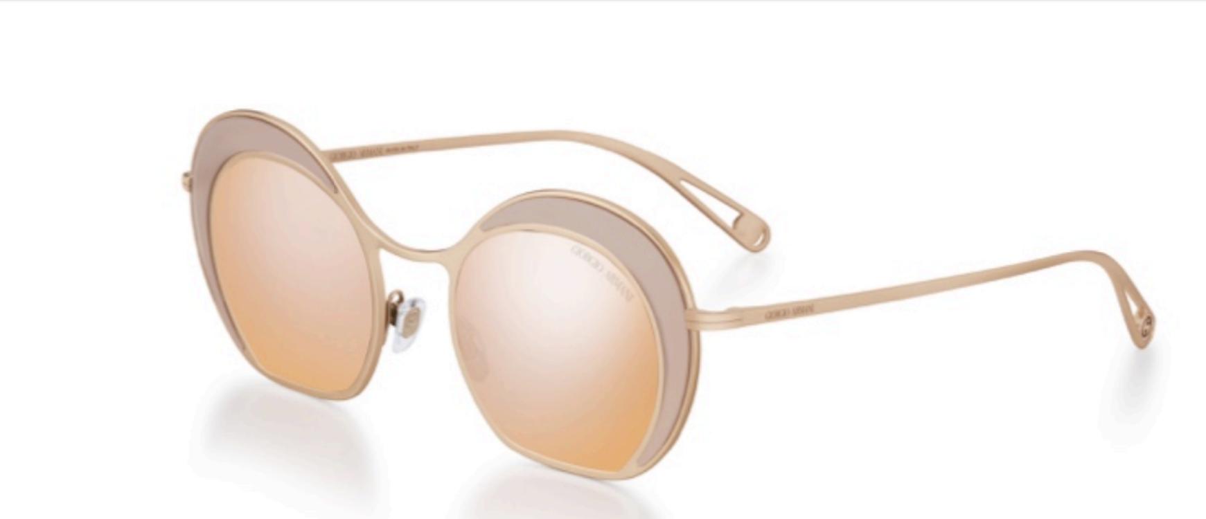 3cc809f3d57ff Originalidade e inovação estão presentes no design deste óculos feminino  super leve. A forma sinuosa é proporcionada pela leve irregularidade das  lentes ...