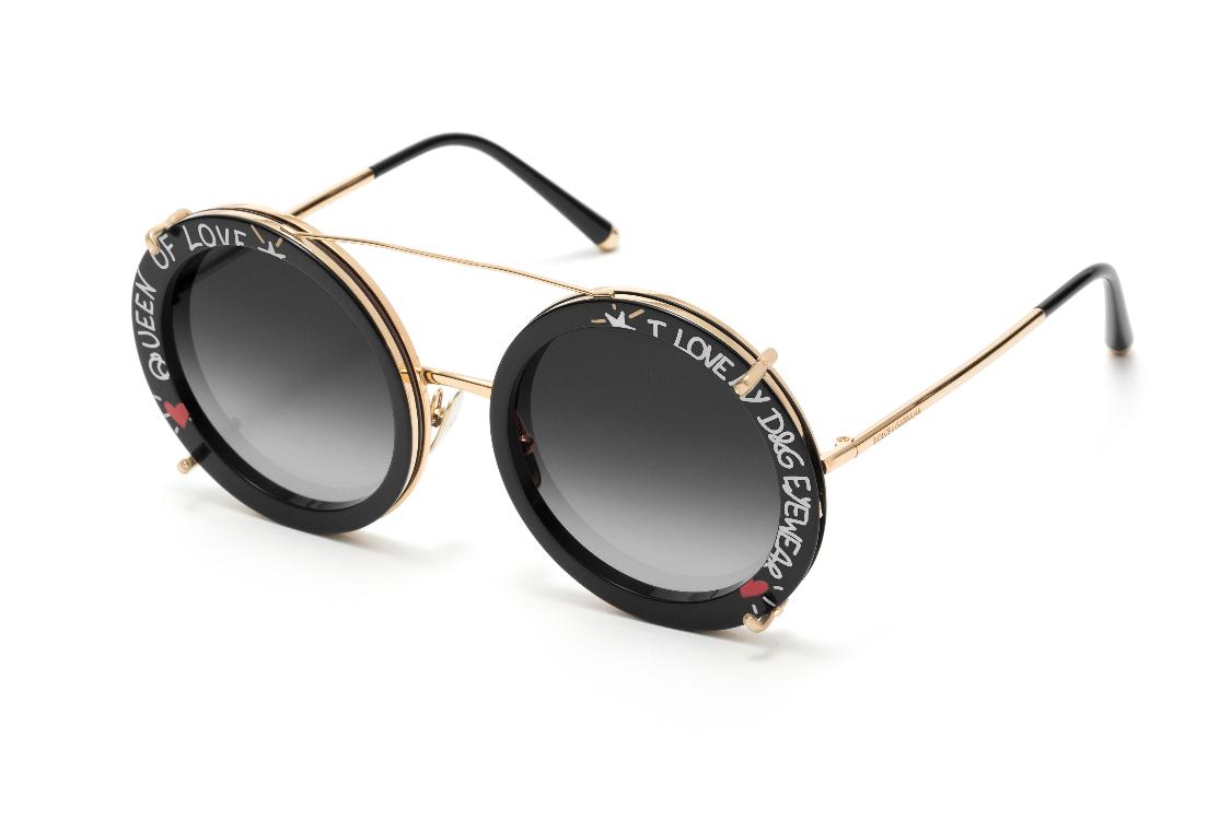 cddacfa50 O modelo da coleção Customize Your Eyes possui uma armação redonda ampla,  em metal dourado, com lentes cinza degradê. Está disponível nas seguintes  ...