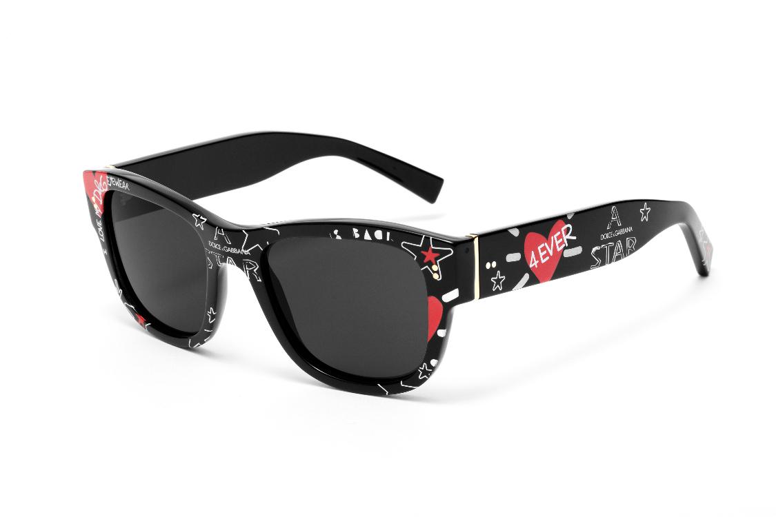 """eeac8a870 Óculos de sol """"Domenico"""", feitos em acetato e lentes na cor preta. A  armação quadrada e espessa oferece uma base sólida para os divertidos  grafites que a ..."""