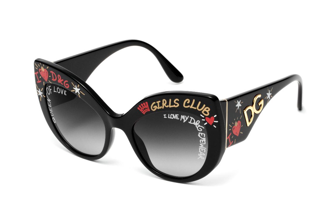 ae4f232f6 Óculos de sol em formato de olho de gato combinam a feminilidade da armação  ampla em acetato, com o tema dos grafites. Na estrutura frontal, as lentes  ...