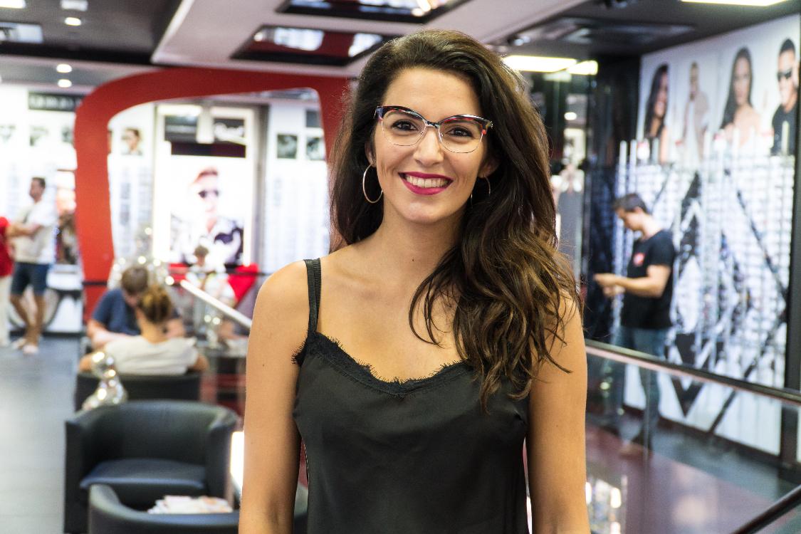 e165a311b O estilo de Joana une extravagância com a vontade de seguir as tendências  do momento. E é por isso que a jovem atriz optou por uns óculos de ver, da  marca ...