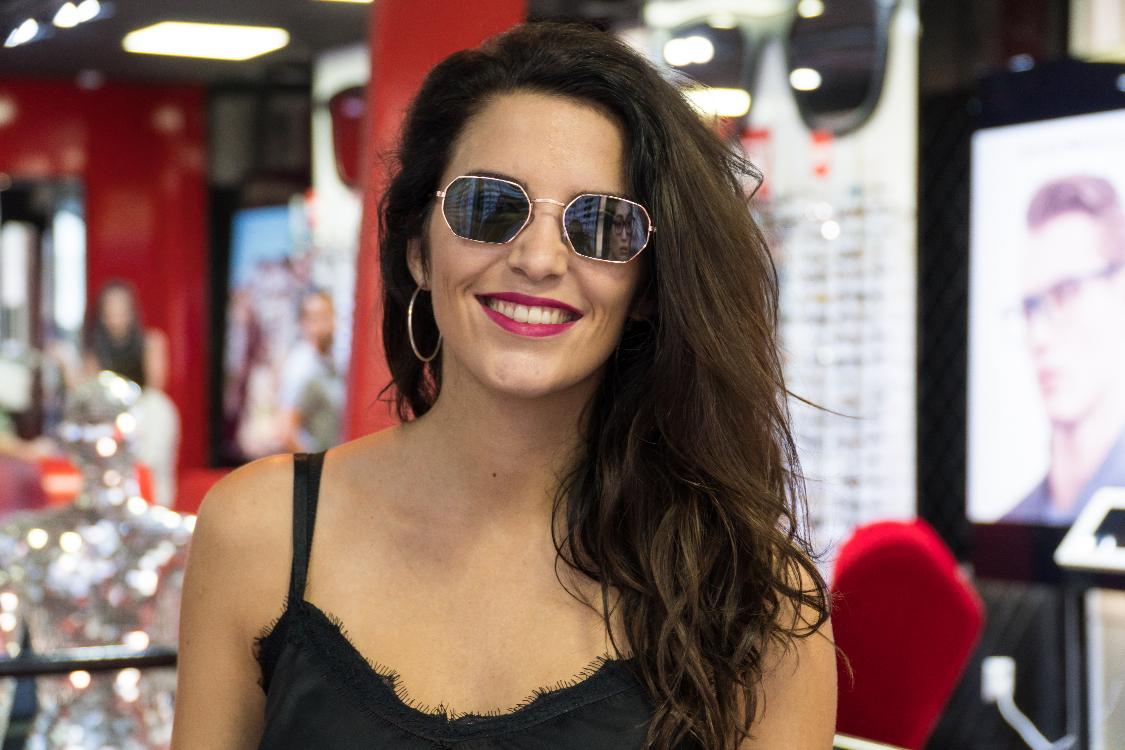 ff5791a0b Esta foi a marca que a atriz escolheu para os seus óculos de sol de metal,  em forma hexagonal e com umas lindas lentes verdes! É daqueles acessórios  que ...