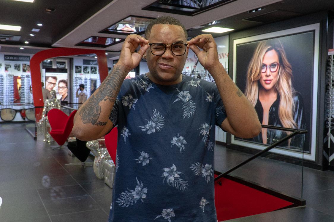 a9143562729bd O cantor Badoxa é o exemplo perfeito daquilo que os óculos representam nos  dias de hoje  muito para além de serem um acessório que nos ajuda a ver  melhor, ...