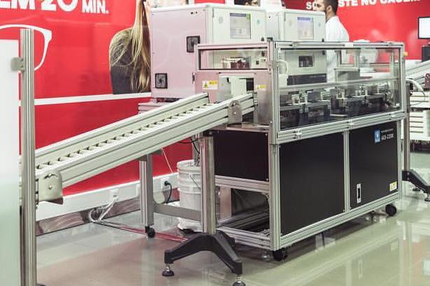 Máquina exclusiva, produz óculos em 20 minutos