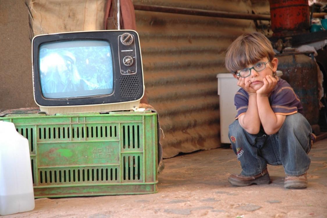 Ótica de criança: ver televisão ao perto faz mal aos olhos?