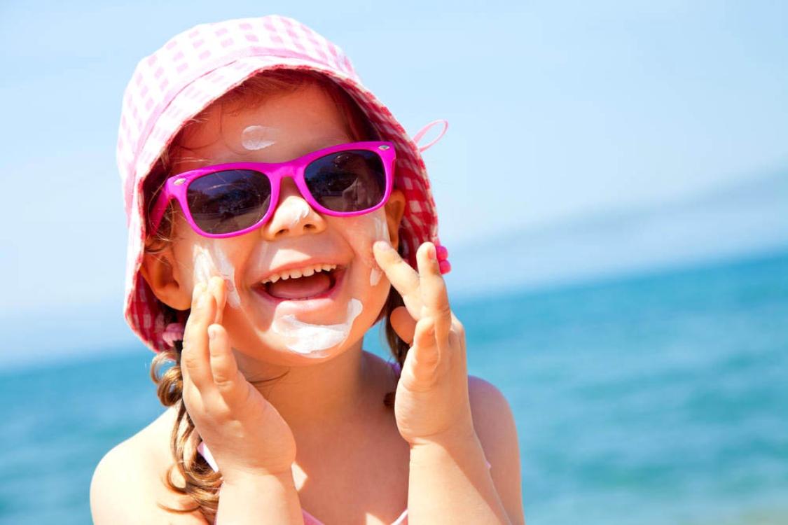 Ótica de criança: 4 cuidados importantes com os olhos dos mais pequenos no verão!