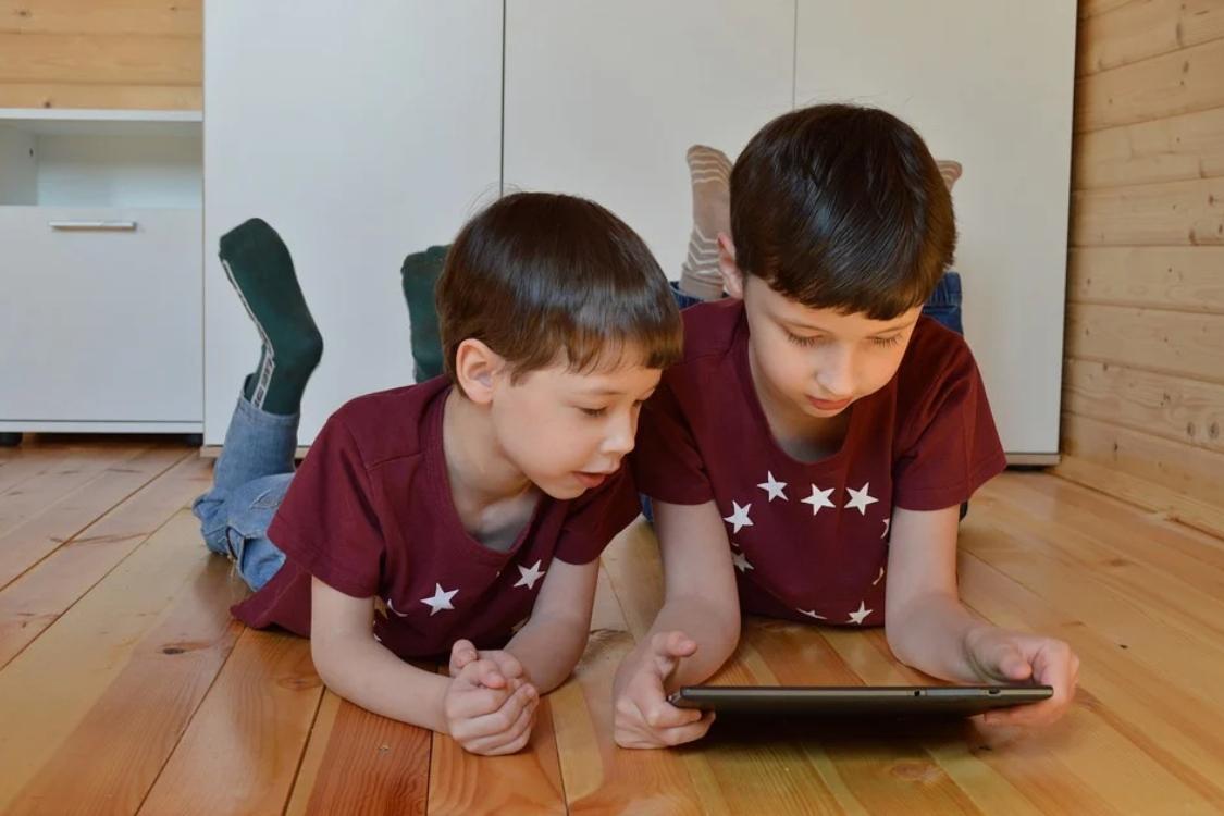 Será que os tablets são um risco para os olhos das crianças?